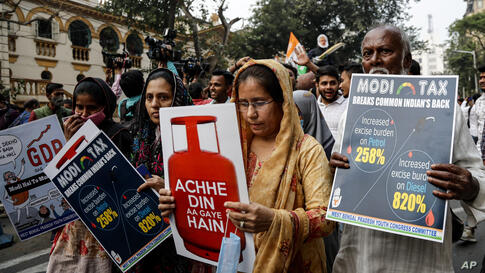 Congress party supporters protest against fuel price hike in Kolkata, India, Wednesday, Feb. 17, 2021. (AP Photo/Bikas Das)
