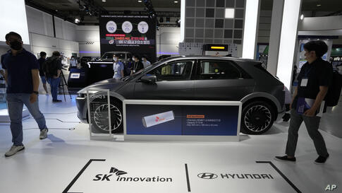 A Ioniq 5 electric car of Hyundai Motor Co. is displayed at SK Innovation Co' booth during the InterBattery 2021, the country's…