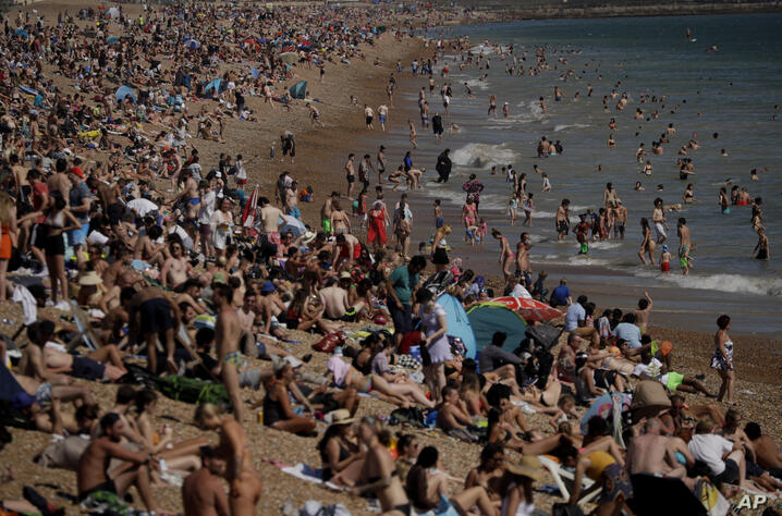 On Britain's hottest day of the year so far with temperatures reaching 32.6 degrees at Heathrow, people relax on Brighton Beach…