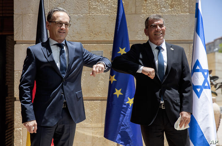 CORRECTS SPELLING OF GERMAN FOREIGN MINISTER TO MAAS - Israeli Foreign Minister Gabi Ashkenazi, right, welcomes his German…
