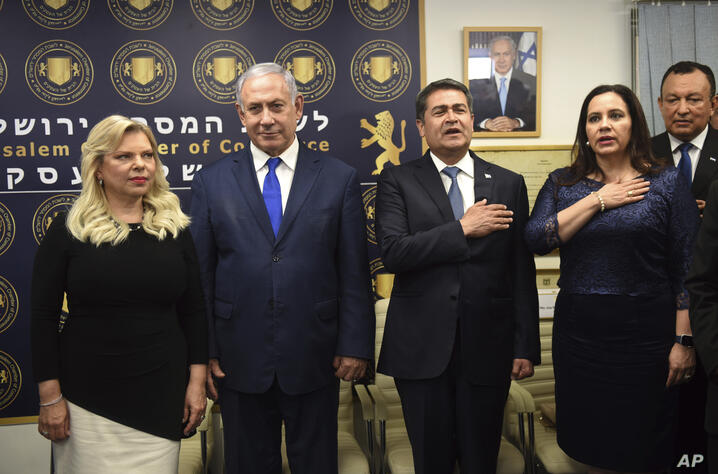 Israeli Prime Minister Benjamin Netanyahu, second left, and his wife, Sara, join the President of Honduras Juan Orlando…
