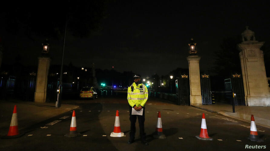 A police officer stands guard after police arrested a man carrying a knife outside Buckingham Palace in London, Britain, Aug. 25, 2017.