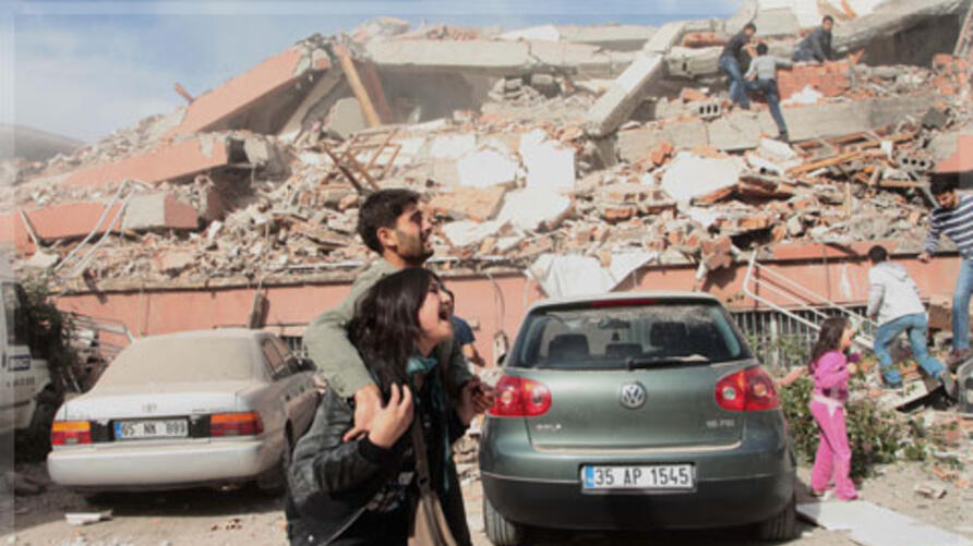 Survivors react after an earthquake in the eastern Turkish city of Van 23/10/2011