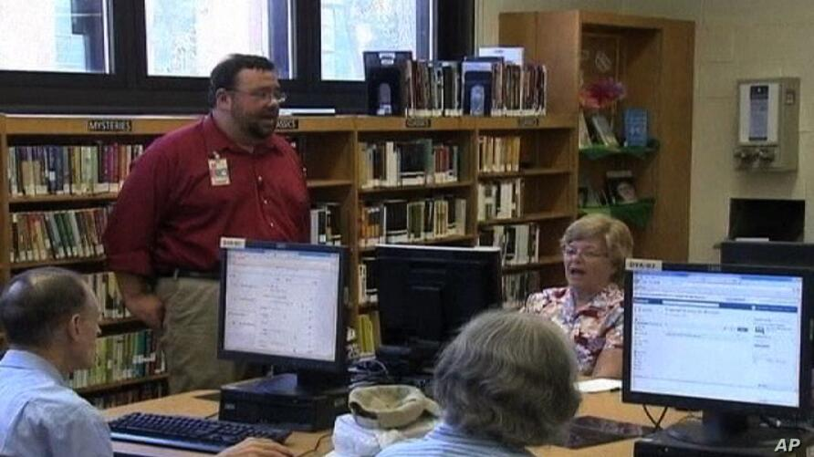 Seniors in NYC learn to use Facebook