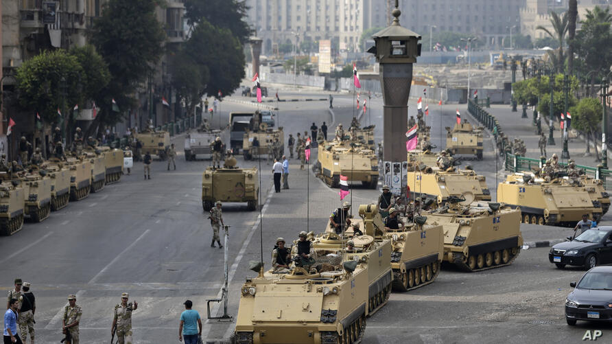 Egyptian army soldiers take their positions at an entrance to Tahrir Square, Cairo, August 16, 2013.