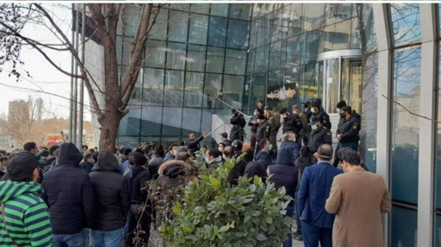 Stock holders in Tehran protest against government
