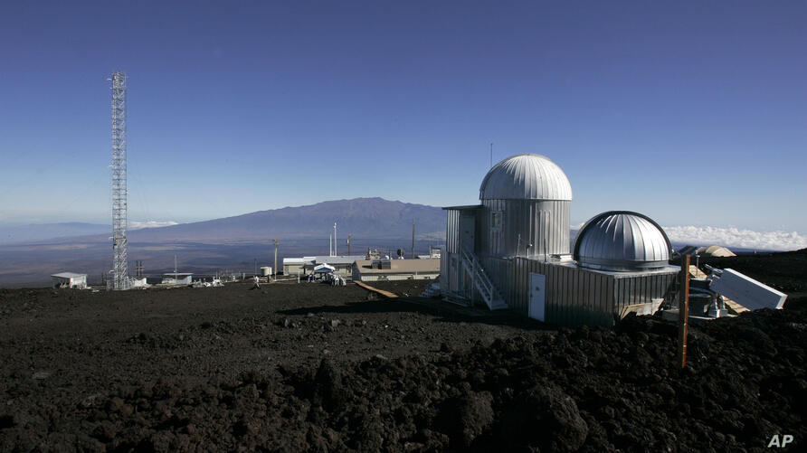**ADVANCE FOR TUESDAY, NOV. 24** This Oct. 25, 2009 photo shows the Mauna Loa Observatory atmospheric research facility on the…