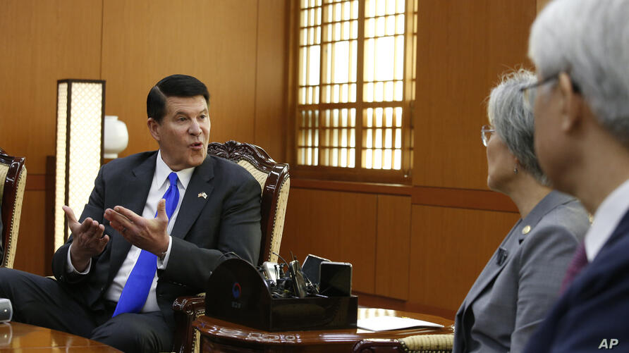 Keith Krach, left, U.S. under secretary of State for Economic Growth, Energy and the Environment, talks with South Korea's…