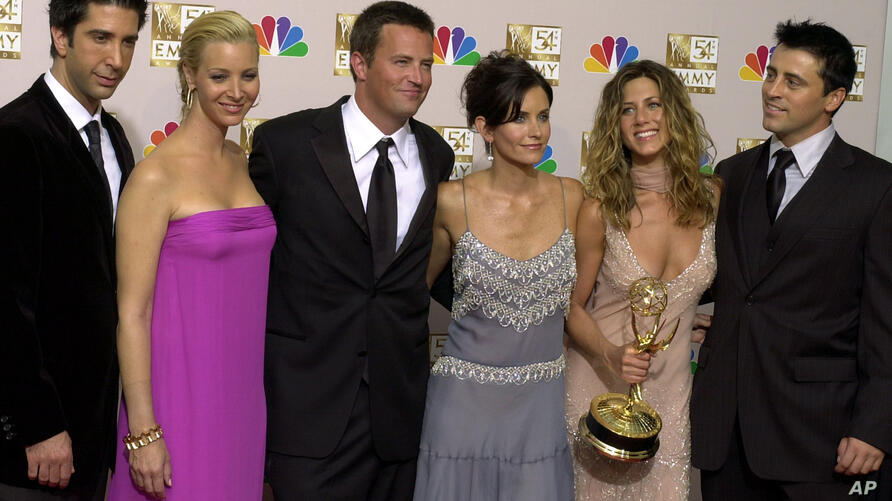 """FILE - This Sept. 22, 2002 file photo shows """"Friends,"""" castmembers, from left, David Schwimmer, Lisa Kudrow, Matthew Perry,…"""