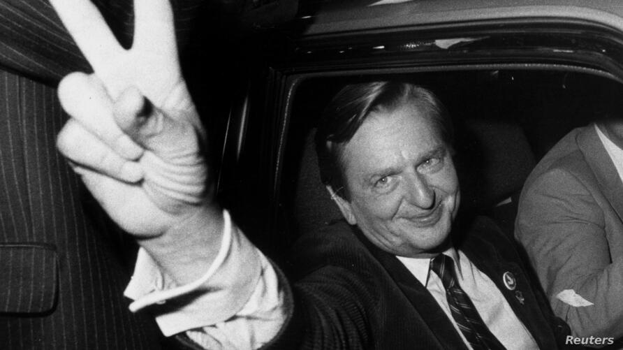 Swedish politican Olof Palme makes the victory sign after the Social Democrats election victory