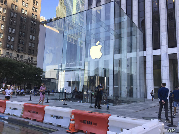 Photo by: STRF/STAR MAX/IPx 2020 7/9/20 Customers queue up at The Apple Store during the phase 3 reopening in Manhattan.