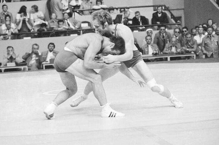 American 100kgs wrestler Dan Gable from Waterloo, Iowa tries to throw Soviet Union's Rusl Ashuraliev during their match at  the…