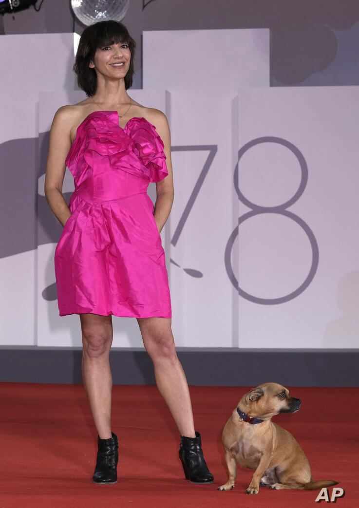 Director Ana Lily Amirpour poses with her dog Benny for photographers upon arrival at the premiere of the film 'Mona Lisa And…