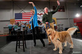 Democratic 2020 U.S. presidential candidate and U.S. Senator Elizabeth Warren (D-MA) is joined onstage by her husband Bruce and…