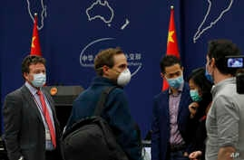 The New York Times Beijing based correspondent Steven Lee Myers, left, chats with other foreign journalists after attending a…
