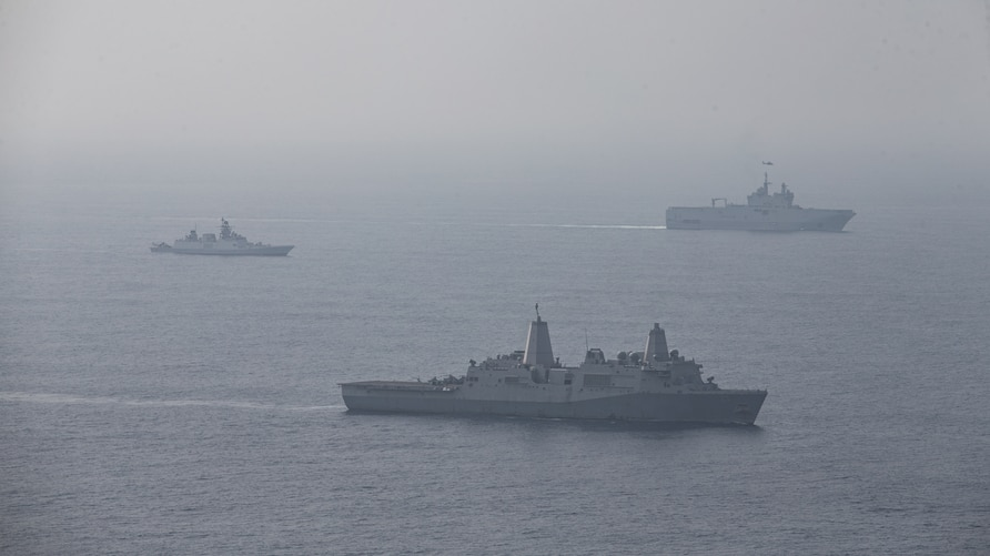 From the 3rd to the 5th, a joint maritime drill for'La Peruz' was conducted in the Bay of Bengal in eastern India, in which French, US, Japanese, Indian and Australian navies participated in the Bay of Bangal in eastern India. From the nearest ship, the US landing ship Somerset and the Indian Sivalik class frigate Sappura. French landing ship Toner. Photo = US Navy.