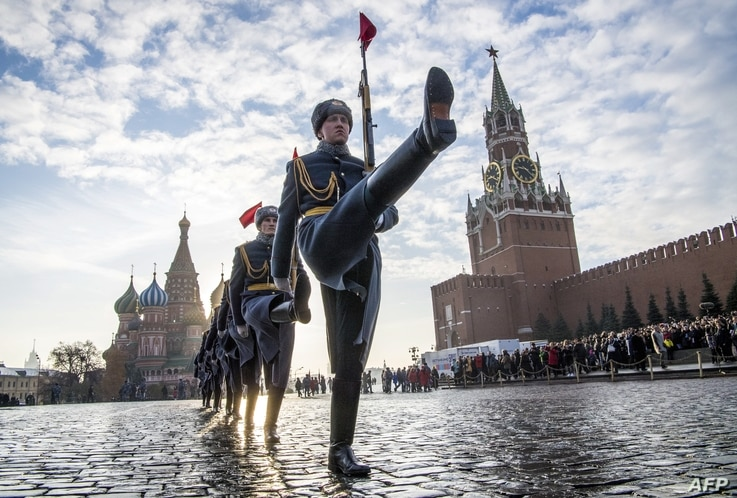 Russian honour guards march during the military parade at Red Square in Moscow on November 7, 2018. - Russia marks the 77th anniversary of the 1941 historical parade, when Red Army soldiers marched past the Kremlin walls towards the front line to ...