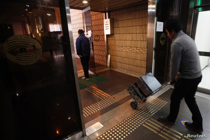 An employee of the Korean Broadcasting System (KBS) transports computers on a trolley at KBS's main building in Seoul, March 21, 2013. A hacking attack that brought down three South Korean broadcasters and two major commercial banks was identified by m...