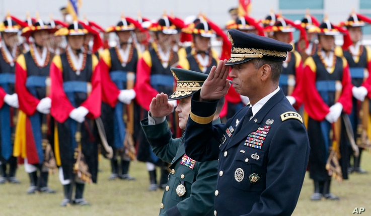 ROK-US Combined Forces Commander and USFK Commander Vincent Brooks examines the Korean Army Joint Chiefs of Staff Lee Soon-jin and traditional honor guard at the inauguration ceremony held in Seoul in May 2016.
