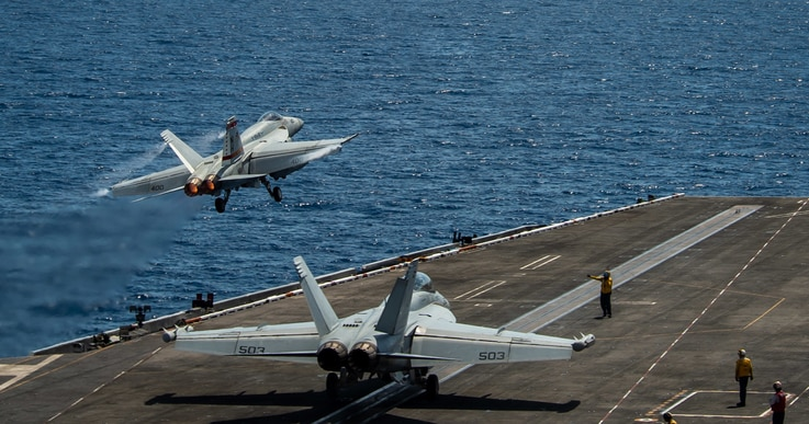 Theodore Roosevelt carrier strike squadron entered the South China Sea on the 4th. Two F18E Super Hornets belonging to VFA 87 of the Carrier Combat Strike Battalion are sorting out from the deck on the 6th. Photo = US Pacific Fleet Command.