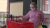 A woman with a mask in a supermarket in the city of Miami, where a large number of infections are taking place.