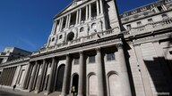 FILE PHOTO: A security officer stands outside the Bank of England in London, Britain, March 23, 2020. REUTERS/Toby Melville…