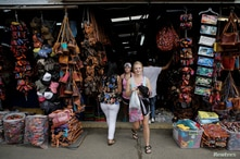 Tourists visit a market of crafts in San Jose, Costa Rica, August 3 ,2017. REUTERS/Juan Carlos Ulate
