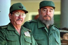 Cuban President Fidel Castro and his brother, Armed Forces Minister Raul Castro (L), preside over a ceremony marking the 100th…
