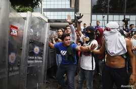 Anti-government protesters clash with National Police during a protest against President Nicolas Maduro's government in Caracas May 12, 2014. Venezuela said on Sunday it had freed most of the 243 youth activists arrested in raids last week on street camps