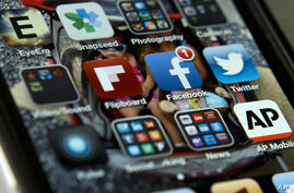 Archivo - Un iPhone con las aplicaciones de Twitter, Facebook y otras. 21/5/13.  AP Photo/Evan Vucci.