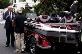"El presidente Donald Trump habla con Jimmy Houston de Ranger Boats mientras participa en una exhibición durante una ""Muestra de Productos Made in America"" en la Casa Blanca, el lunes 23 de julio de 2018, en Washington. (AP Photo / Evan Vucci)."