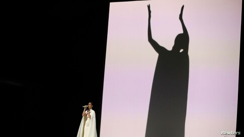 "Katy Perry canta ""By The Grace of God"" ."