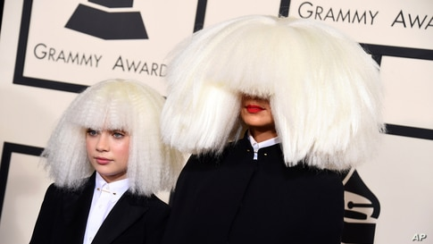 Sia, derecha, y Maddie Ziegler llegan al Staples Center en Los Ángeles, California.