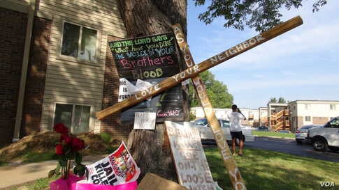 A makeshift memorial was left at the site where unarmed African American teenager Michael Brown was recently shot to death by a white police officer in Ferguson, Missouri. (Gesell Tobias, VOA)