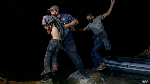 Migrants from Central America crossing illegally from Mexico to the US to seek asylum disembark from an inflatable boat on the…
