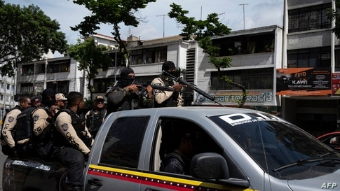 Commands of the Directorate of Strategic Intelligence (DIE) arrives to a main avenue of Caracas during clashes against alleged…