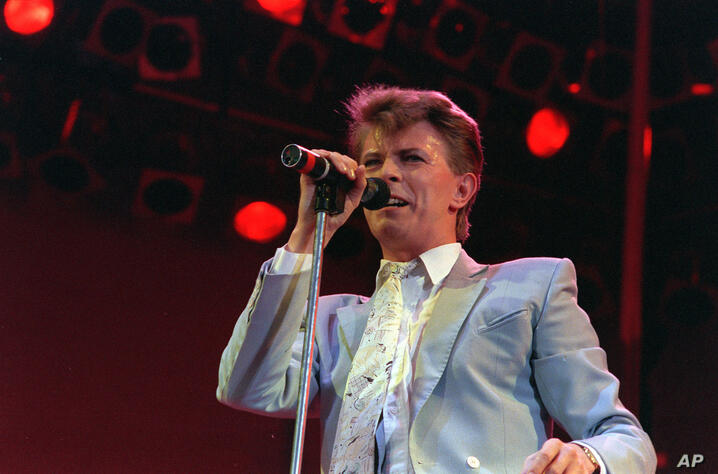 David Bowie en el Estadio Wembley, Londres, julio 13, 1985, durante el concierto Live Aid. (AP Foto/Joe Schaber)