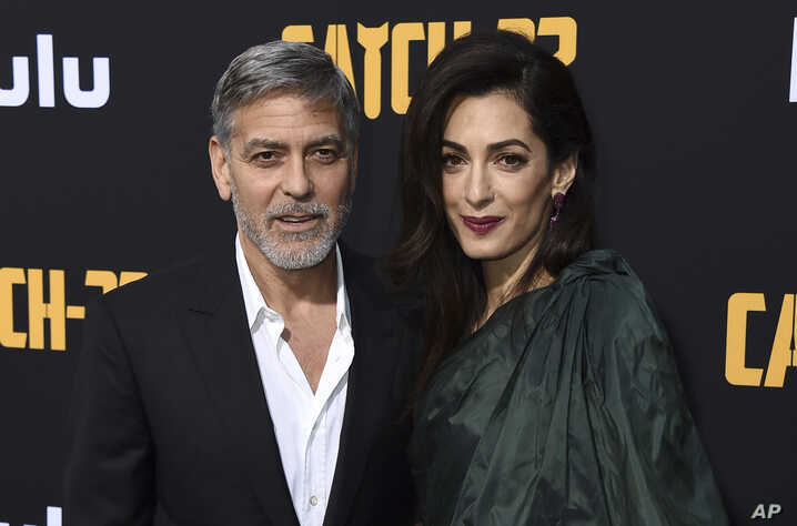 "George Clooney y su 'defensora' Amal Clooney en la premiere de ""Catch-22"" en el Teatro Chino. Los Angeles, California, 7/5/19. Jordan Strauss/Invision/AP."