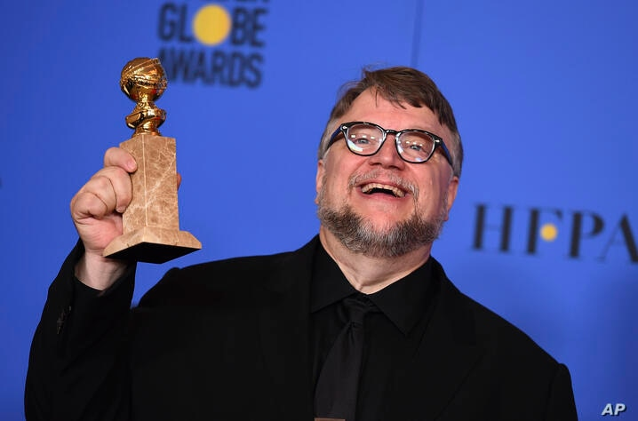 "Guillermo del Toro posa en la sala de prensa con el Globo de Oro a Mejor Director por ""The Shape of Water"". Beverly Hilton Hotel. Enero 7, 2018, cerca de Los Angeles, California."
