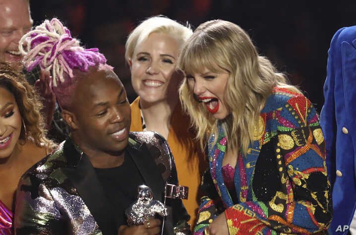 "Taylor Swift (derecha) acepta el premio a mejor video del año por ""You Need to Calm Down"" en los premios MTV el lunes, 26 de agosto, de 2019, en el Prudential Center en Newark, Nueva Jersey, EE.UU."
