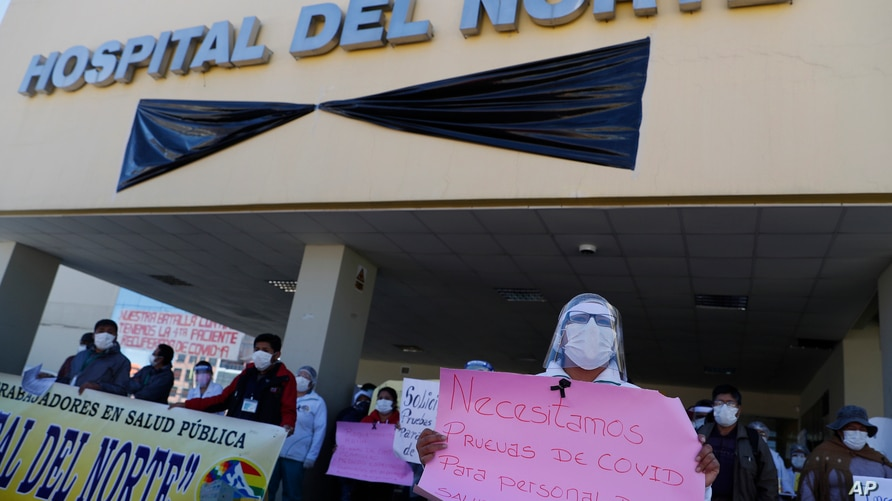 Health workers protest demanding that more doctors be hired and for better working conditions amid the new coronavirus pandemic…