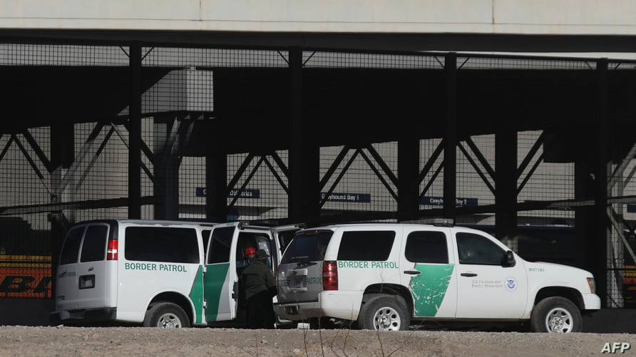 Border Patrol agents detain migrants after crossing the Rio Grande natural border between El Paso, state of Texas, US, and…