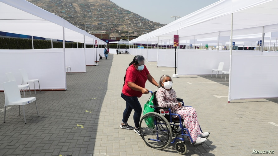 COVID-19 vaccinations for the elderly, in Lima